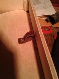 Mise en place d'une lanière en cuir pour pouvoir ouvrir facilement