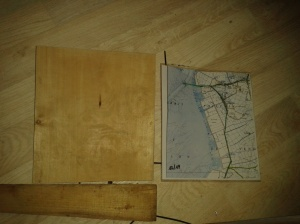 Découpe du bois à la taille de la carte
