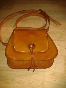 Sac cuir artisanal modèle ''bouton de bois''