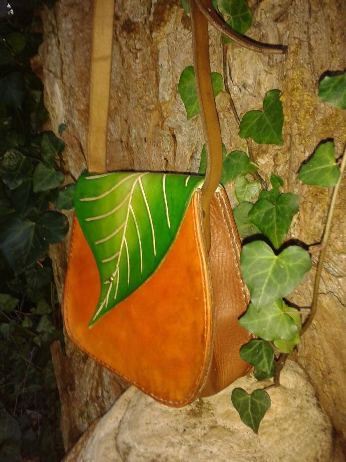 Sac cuir artisanal modèle ''Feuille'' de profile