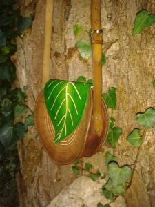 Sac cuir artisanal modèle ''arbre'' de profile