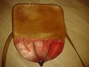 Sac cuir artisanal modèle ''coquelicot'' vue de dos