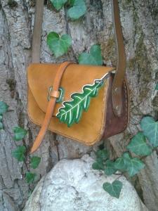 sac artisanal en cuir modèle ''Feuille de chêne'' vue de profil