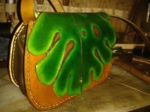 """Sac artisanal en cuir modèle """"Monstera"""" vue de profil"""